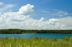Cloudscape e lago coloridos Imagem de Stock
