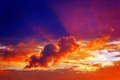 Cloudscape en la puesta del sol con los rayos del sol Fotografía de archivo libre de regalías