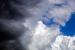 Cloudscape entrante do close-up da tempestade na luz do dia do março em Europa continental imagem de stock royalty free
