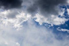Cloudscape entrante do close-up da tempestade na luz do dia do mar?o em Europa continental imagens de stock royalty free