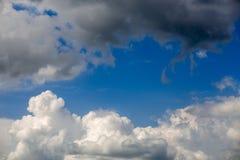 Cloudscape entrante do close-up da tempestade na luz do dia do mar?o em Europa continental fotos de stock