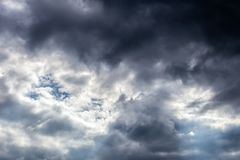 Cloudscape entrante do close-up da tempestade na luz do dia do mar?o em Europa continental fotografia de stock