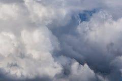 Cloudscape entrante do close-up da tempestade na luz do dia do mar?o em Europa continental Capturado com a lente teleobjetiva de  imagens de stock royalty free