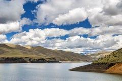 Réservoir de désert et nuages fantastiques Image libre de droits