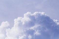 Cloudscape fotobakgrund Romantisk skyscape med raincloud Stormigt moln på solig himmel Fotografering för Bildbyråer