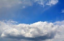 Cloudscape hermoso con el cielo azul y las nubes blancas Fotos de archivo libres de regalías