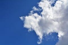Cloudscape hermoso con el cielo azul y las nubes blancas Imagen de archivo libre de regalías