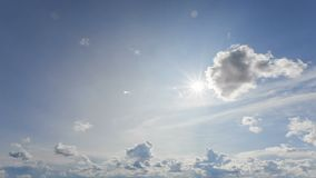 Cloudscape hermoso con las nubes grandes, constructivas y el sol que se rompen a través de masa de la nube almacen de metraje de vídeo