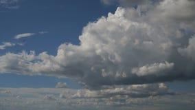 Cloudscape hermoso con las nubes grandes, constructivas y la salida del sol que se rompen a través de masa de la nube almacen de metraje de vídeo