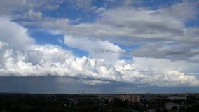 Cloudscape hermoso con las nubes grandes, constructivas y la salida del sol que se rompen a través de masa de la nube almacen de video