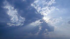 Cloudscape hermoso con las nubes grandes, constructivas y la salida del sol que se rompen a trav?s de masa de la nube