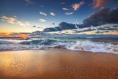 Cloudscape hermoso sobre el mar, tiro de la salida del sol Fotos de archivo libres de regalías