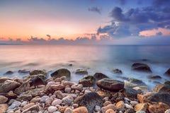 Cloudscape hermoso sobre el mar, tiro de la salida del sol Imagenes de archivo