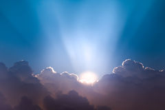 Cloudscape hermoso y salida del sol que se rompen a través de la nube Imagen de archivo