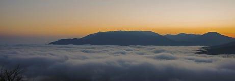 Cloudscape i berg arkivfoton