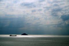 Cloudscape i morze z statkiem i wyspą Troszkę Obraz Royalty Free