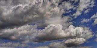 Cloudscape i vårsäsong Arkivfoto
