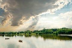 Cloudscape i witn jeziorne łodzie Zdjęcie Stock