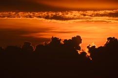 Cloudscape impressionante contra o céu dourado do por do sol imagens de stock royalty free