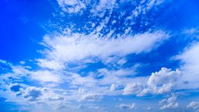 Cloudscape lata niebieskiego nieba biel i tło chmurnieje w słońcu Fotografia Stock