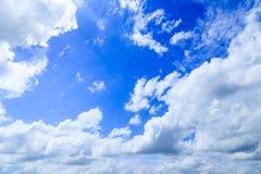 Cloudscape lata niebieskiego nieba tło, biel chmury i highl, Zdjęcia Stock