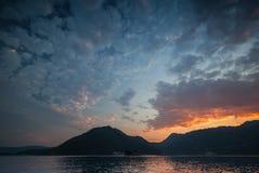 Cloudscape luminoso di tramonto nella baia di Cattaro Immagini Stock Libere da Diritti
