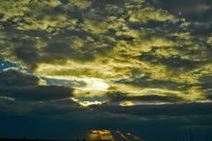 Cloudscape med mörka moln Arkivbild
