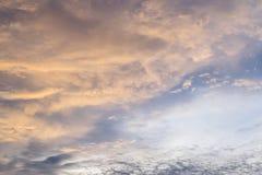 Cloudscape med solnedgång Arkivbilder