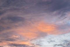Cloudscape med solnedgång Arkivbild