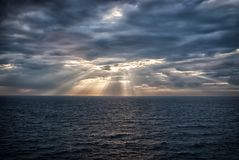 Cloudscape med solstrålar över havet i London, Förenade kungariket Hav på molnig himmel Moln på dramatisk himmel Aftonnatur fotografering för bildbyråer