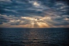 Cloudscape med solstrålar över havet i London, Förenade kungariket Hav på molnig himmel Moln på dramatisk himmel Aftonnatur royaltyfria foton