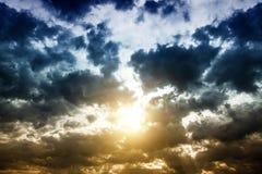 Cloudscape met een Zonlicht Stock Afbeeldingen