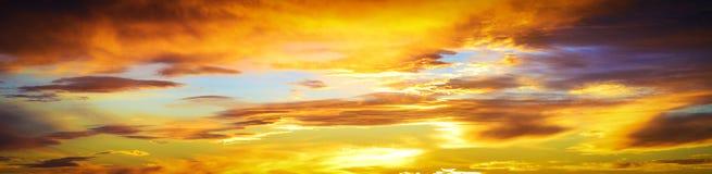 Cloudscape met gloed en warm zonlicht bij zonsondergang royalty-vrije stock foto