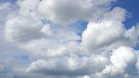 Cloudscape met grote, bewegende wolken en blauwe hemel stock footage