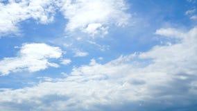 Cloudscape met grote, bewegende wolken en blauwe hemel stock videobeelden