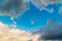 Cloudscape met tegenover elkaar stellende wolken Stock Fotografie