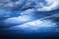 Cloudscape mit den dunklen, drastischen, stürmischen Wolken Stockbild