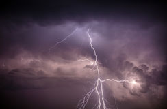Cloudscape mit Donnerbolzen Stockfotografie