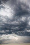 Cloudscape mit dunklen Sturmwolken Lizenzfreies Stockbild