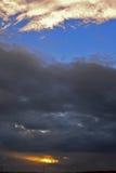 Cloudscape mit dunklen Wolken Stockbilder