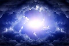 Cloudscape mit einem Licht Lizenzfreie Stockfotos