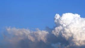 Cloudscape mit Exemplar-Platz Stockfotos