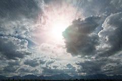 Cloudscape mit Regen Stockbild