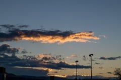 Cloudscape mit stree hellen Pfosten im Blickfeld Lizenzfreie Stockbilder