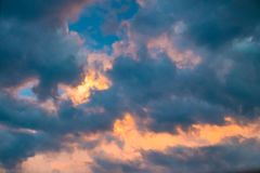 Contrasting colours in a beautiful cloudscape Royalty Free Stock Photos
