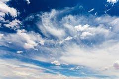 Cloudscape na głębokim niebieskim niebie Zdjęcie Stock