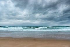 Cloudscape na praia antes de uma tempestade Imagens de Stock