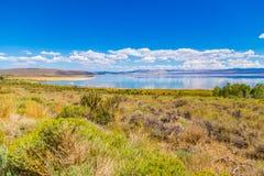 Cloudscape nad błękitnym jeziorem Obraz Royalty Free