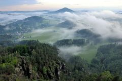 Cloudscape nad zieloną doliną Zdjęcia Stock