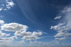 Cloudscape nieba błękita tła natury powietrza sceniczny spokojny rzadki fotografia royalty free